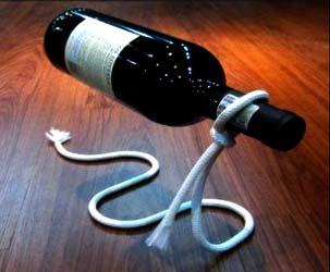 Schwebende Weinflasche